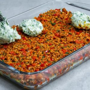 A simple lunch recipe! Add the ingredients in the tray to cook a super moussaka!